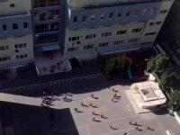 Depreme okulda yakalanan çocuklar koşarak dışarı çıktı