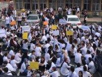 Çapa Tıp Fakültesi'nde korkutan manzara... Öğrencilerden 'hasarlı bina' eylemi