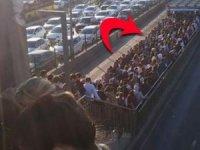 Altunizade metrobüs durağında pazartesi çilesi... İğne atsan yere düşmez