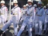 Cenaze töreninde askerlere 'uyumsuz yürüyüş' tepkisi!