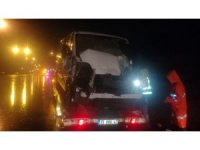İzmir'de minibüs tıra arkadan çarptı: 1 yaralı