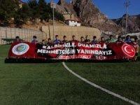 Futbolculardan Mehmetçiğe pankartlı destek