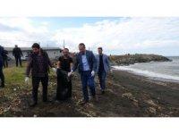 Belediye başkanı eldivenleri giydi, sahili çöplerden temizledi
