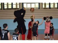 Minik basketbolcular, çizgi film karakterleri ile maç yaptı