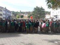Okul bahçesinde öğrencilerden komando marşı