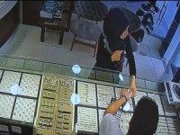 Yerde bulduğu 13 bin dolar bulunan paketi 'Sahibi bulunsun' diyerek dükkana teslim etti