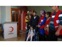Kızılaydan yürüme engelli Hüma'ya tekerlekli sandalye