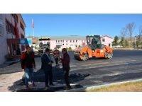 Refahiye Belediyesinden okul bahçelerine sıcak asfalt
