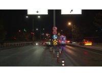 Başkent'te otomobil yön levhasına çarptı: 2 ağır yaralı
