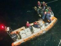 Lastik botla denize açılan 15 göçmeni Sahil Güvenlik kurtardı