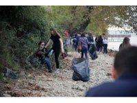 Erasmus'lu öğrenciler Sapanca Gölü'nün kenarındaki çöpleri temizledi