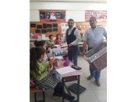 Öğretmen ve velilerden öğrencilere simit ve ayran ikramı