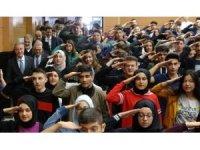 Bakan Akar öğrenciler tarafından asker selamı ile karşılandı