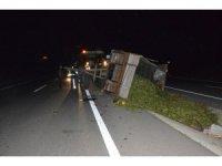 Traktör römorku devrildi, tonlarca mısır silajı yola saçıldı