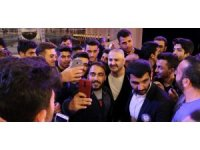 Erzincan'da Şafak Sezer'e öğrencilerden yoğun ilgi