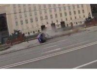 Aşırı hız yapan araç Rusya Savunma Bakanlığı önündeki bariyerlere daldı