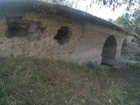 Tarihi taş köprü define avcılarının hedefi oldu
