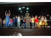 Gediz'de çocuklara sirk gösterisi