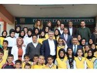 Vali Ekinci, Çevre Beratı ödülü alan okulu ziyaret etti