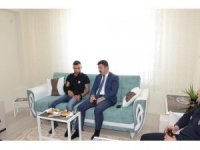 Barış Pınarı Harekatı'nda yaralanan askere geçmiş olsun ziyareti