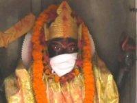 Hindistan'da tanrı heykellerine maske takıldı