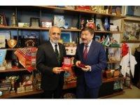 """Yalçın Topçu'ya TÜRKSOY'dan """"İmadeddin Nesimi Madalyası"""""""
