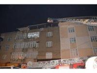 Gaziosmanpaşa'da 4 katlı bir apartmanın üst dairesinde yangın meydana geldi