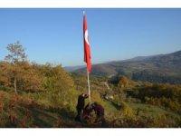 Köyünün en tepesinde Türk bayrağı dikti