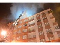 Bahçelievler'de beş katlı bir binanın çatısı alev alev yandı