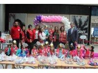 Anneleriyle kek hazırlayıp satan miniklerden Kızılay'a destek