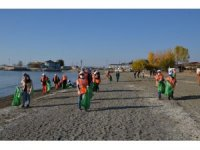 """Çocuklar, """"temiz çevre temiz kent"""" sloganıyla Van Gölü sahilini temizlediler"""