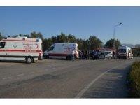 İki araç kafa kafaya çarpıştı: 10 yaralı