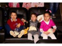 Köy okullarından gelen öğrenciler aileleriyle birlikte film izledi