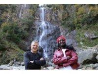 Kenyalı güzel Mençuna Şelalesi'ne hayran kaldı