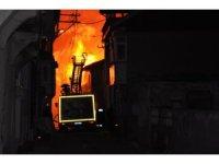 Konya'da metruk bina alev alev yandı