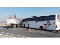 Yolcu otobüsü ile tır çarpıştı: 2 ölü, 20 yaralı
