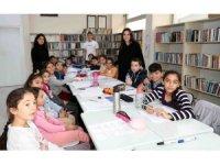 Liseli öğrenciler tatil yapmak yerine ilkokul öğrencilerine ders veriyor