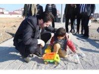 Başkan Sayan'ın çocukla kumda oyun oynadığı anlar yürekleri ısıttı