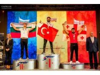 Bilek güreşinde dünya şampiyonu oldu