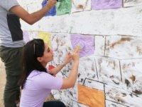Silvan'da öğretmen ve öğrenciler okul duvarını boyadı