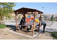 Cizre'de parklarda temizlik ve onarım çalışmaları