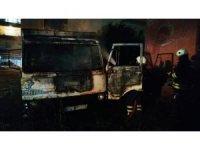 Park halindeki hurda kamyon alev alev yandı