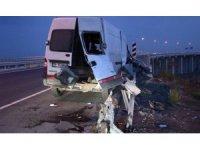 Ticari araç bariyerlere ok gibi saplandı: 3 yaralı