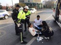 Kazada yaralanan kadın çaresizce yerde ambulans bekledi