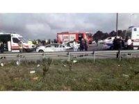 TEM Otoyolu Kavacık mevkiinde meydana gelen trafik kazasında araç ikiye bölündü. 2 kişinin ağır yaralandığı kaza sonrası itfaiyenin bölgedeki çalışması sürüyor.