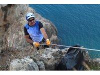 Dağcılardan dünyaca ünlü falezlerde halatlarla çevre temizliği