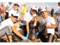 Antalya'da çocuklar Sıfır Atık Projesi kapsamınsa sahilde temizlik yaptı