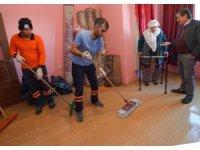 Evini su basan yaşlı kadına yardım eli