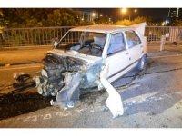 Trafik ışıklarına ve bariyerlere çarpan otomobil hurdaya döndü: 2 yaralı