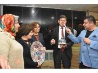 Nazilli'de görev yapan muhtar eşlerinden Başkan Özcan'a anlamlı hediye